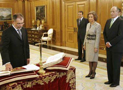 Mariano Fernández Bermejo promete su cargo sobre un ejemplar de la Constitución en presencia de Zapatero y de los Reyes