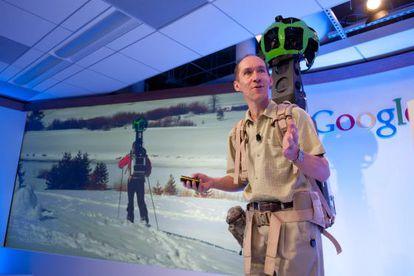 Luc Vincent, de Google, muestra 'Trekker', el nuevo equipo para tomar imágenes en lugares donde no llegan los vehiculos para Street View.