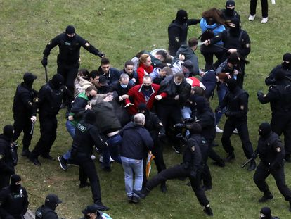 Enfrentamiento entre civiles y policía durante una manifestación contra los resultados electorales en Bielorrusia, el pasado domingo, en Minsk.