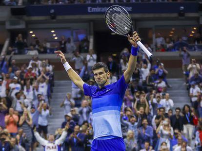 Djokovic celebra su victoria contra Zverev en la pista Arthur Ashe de Nueva York.