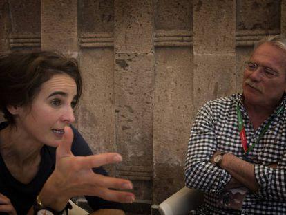 Laurence Debray conversa con Alberto Barrera durante la feria del libro de Guadalajara.