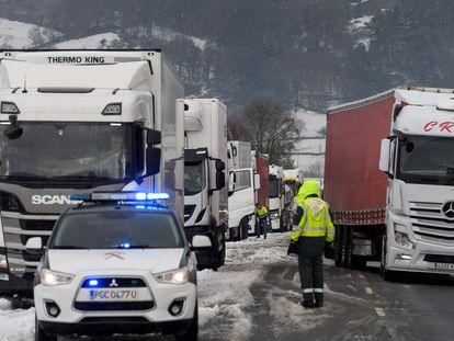 Camiones atascados en la localidad cántabra de Arenas de Iguña por la nevada caída en la A-67.
