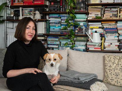 La escritora Deborah Feldman, autora de 'Unorthodox', en su casa de Berlín en marzo pasado.