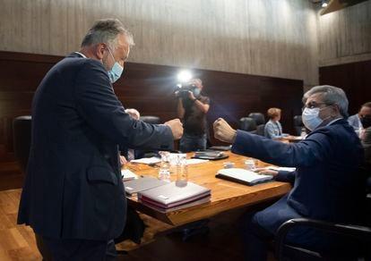 El presidente de Canarias, Ángel Víctor Torres (de pie), saluda al vicepresidente, Román Rodríguez, durante el Consejo de Gobierno, el jueves en Tenerife.