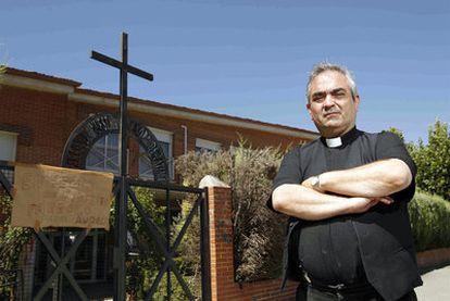 El sacerdote Andrés García Torres, a las puertas de su parroquia en Fuenlabrada.