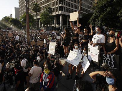 Miles de personas se concentran frente a la Fiscalía de Los Ángeles, el miércoles.