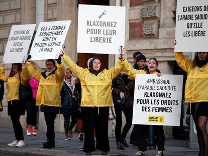 Miembros de Amnistía Internacional se manifiestan ante la Embajada de Arabia Saudí en París para pedir la liberación de las activistas el pasado 8 de marzo.