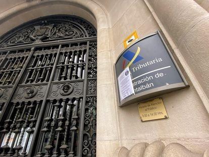 La Administración de Hacienda de Montalbán en la que se avisa del cierre temporal de la oficina motivado por el estado de alarma decretado por el coronavirus.