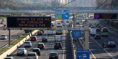Carteles luminosos en la M-30 anuncian la prohibición de circular a vehículos con matrícula par durante el 29 de diciembre del año pasado.