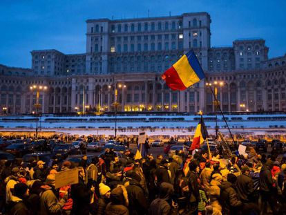 Decenas de miles de manifestantes, este sábado frente al Parlamento rumano en Bucarest.