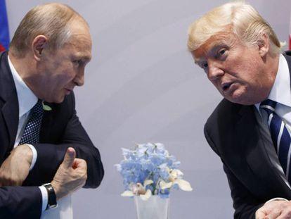 Donald Trump (derecha) conversa con el presidente ruso, Vladímir Putin, en el último G-20. En vídeo, la reacción de la UE a las posibles nuevas sanciones de EE UU a Rusia.