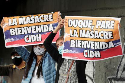 Manifestantes con pancartas y banderas de Colombia durante la visita de la CIDH, en junio pasado.