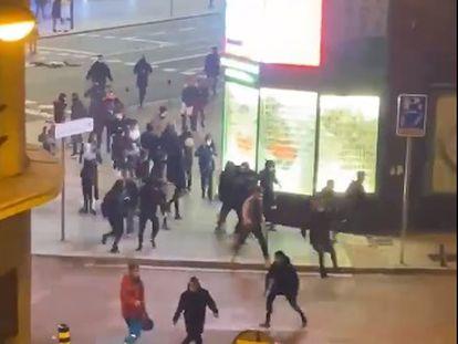 Disturbios en las calles del centro de Madrid contra las restricciones del estado de alarma, en una imagen tomada de Twitter.