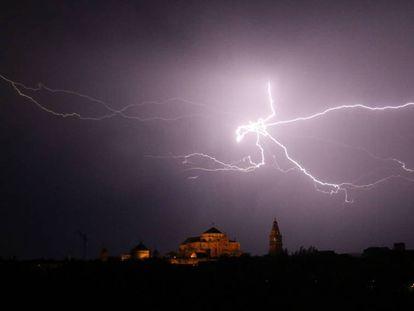 Una tormenta de verano descarga sobre Córdoba el pasado sábado.