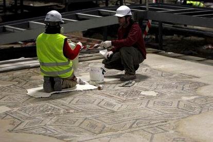 Trabajos arqueológicos en la plaza de La Encarnación de Sevilla.