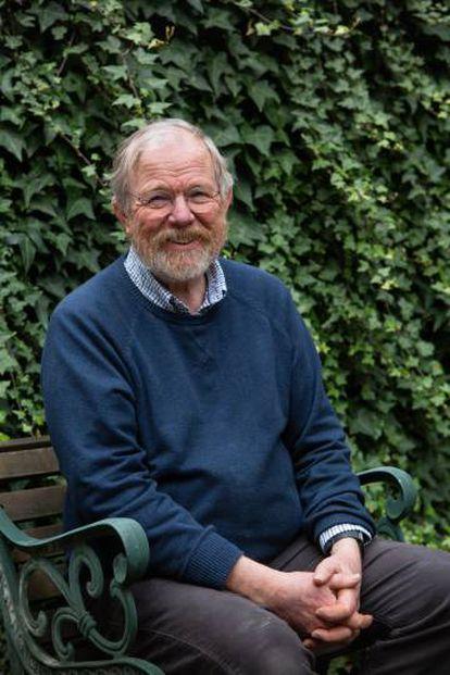 El escritor Billy Bryson, en el jardin de su casa situada en el barrio londinense de Fulham, el 14 de febrero.