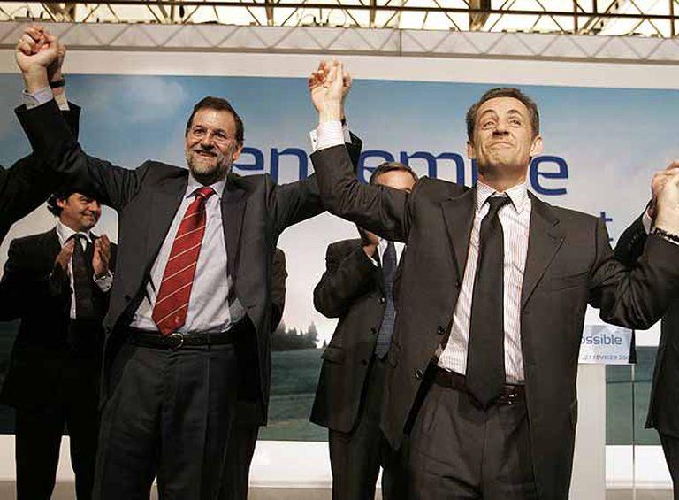 Mariano Rajoy (izquierda) y Nicolas Sarkozy, anoche, en un mitin ante la colonia francesa en Madrid.