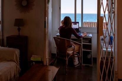 Una trabajadora autónoma trabaja en su domicilio en Barcelona.