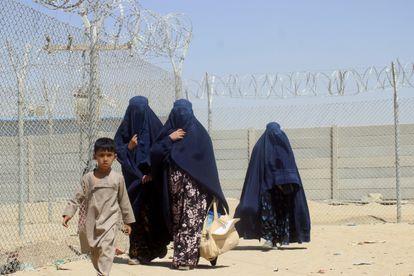 Mujeres afganas en la frontera con Pakistán, este sábado.