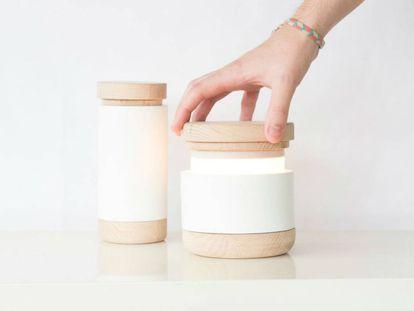 Abre Lamp, de Carlos Jiménez, es un diseño inspirado en tareas artesanales como la cerámica y la ebanistería, y producido por el propio diseñador. Esta lámpara de mesa no tiene interruptor: permanece apagada cuando está cerrada y se enciende al extraer el émbolo interior; cuanto más se abre, más luz.  