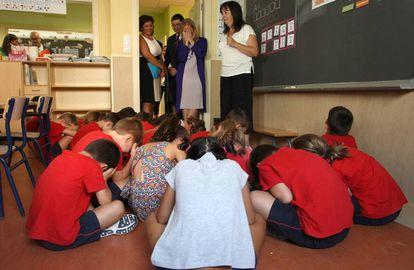 La presidenta de la Comunidad de Madrid, Cristina Cifuentes, durante su visita el pasado septiembre al colegio publico Carmen Laforet.