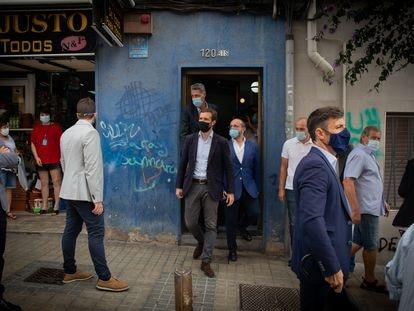 Pablo Casado visita un bloque de pisos afectado por okupaciones ilegales, acompañado del alcalde de la localidad, Xavier García Albiol, en la  Plaza Antonio Machado, Badalona. David Zarrakino (Europa Press)