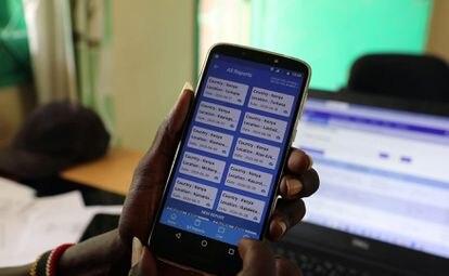 El oficial de cultivos del subcondado de Turkana, Alfons Aurun, muestra la aplicación de teléfono E-locust en su oficina en la ciudad de Lodwar, condado de Turkana, Kenia, el 2 de julio de 2020.