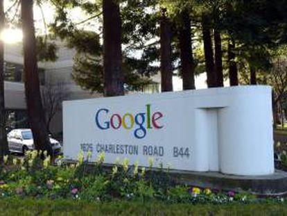 Fotografía de archivo que muestra el logotipo de Google en las oficinas de la compañía en Mountain View (Estados Unidos). EFE/Archivo
