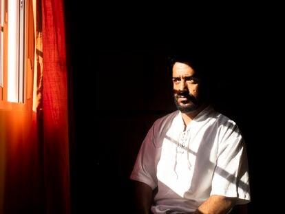 El exintérprete afgano Daryuosh Mohammadi, en su casa de Madrid.