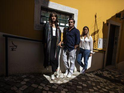 De la izquierda  a derecha, Carminho, Camané y Teresinha Landeiro, fotografiados en el barrio de la Alfama de Lisboa.