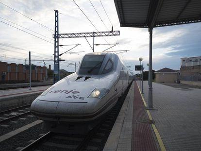 Tren AVE a su llegada a la estación de Tardienta, en Huesca.