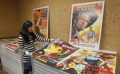 Varios de los carteles en fase de catalogación en la filmoteca.