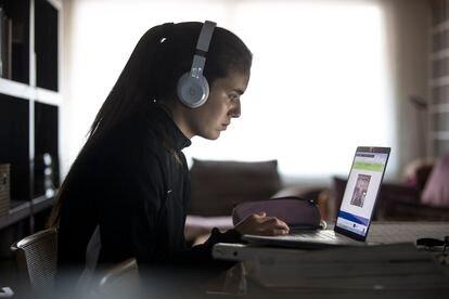 Una estudiante de cuarto de ESO estudia con su ordenador durante el confinamiento.