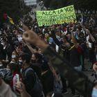 Las protestas, en su mayoría pacíficas, han derivado en ocasiones en actos vandálicos. Los manifestantes han quemado autobuses y bancos y han saqueado comercios. Las autoridades aseguran que hay más de 400 policías heridos.