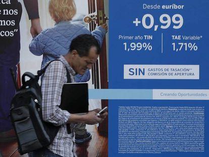 Un viandante pasa ante un anuncio de hipoteca en Madrid.