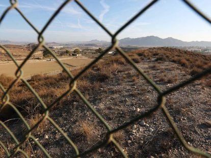 Vallado que limita el área restringida de contaminación en Palomares (Almería)