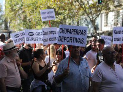 Alrededor de 1.500 manifestantes han discurrido por Tetuán contra la proliferación de estos negocios