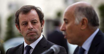Sandro Rosell, presidente del Barcelona, y el presidente de la Federación Palestina de Fútbol, Jebril Rajoup.