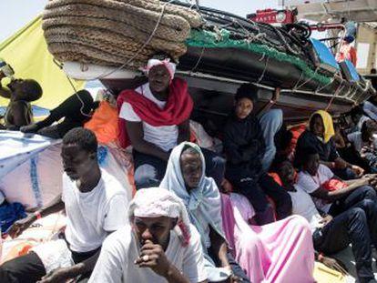 Es nuestra obligación ayudar a evitar una catástrofe humanitaria , asegura Pedro Sánchez. En el barco no han recibido  ninguna notificación de que tenemos un puerto seguro