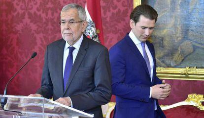 El presidente de Austria, Alexander Van de Bellen, y el canciller, Sebastian Kurz, este domingo en Viena.