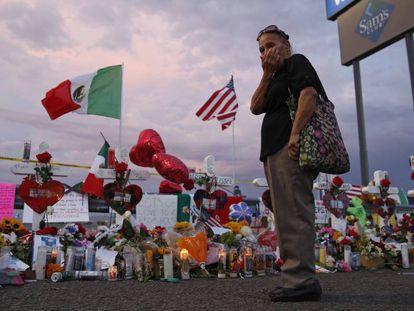 Memorial por las víctimas de El Paso en una valla junto al Walmart.En vídeo, algunas de las reacciones al atentado racista de El Paso.