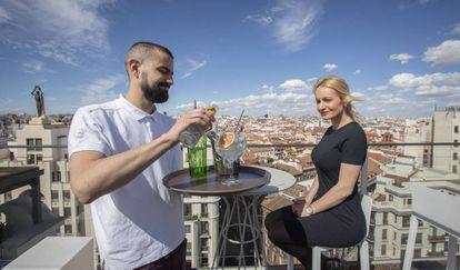 Un camarero de la terraza del Hotel Emperador de Madrid sirve un gin-tonic