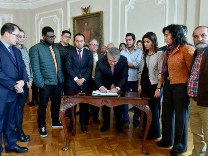 Firma del acuerdo entre el Gobierno, profesores y estudiantes universitarios.