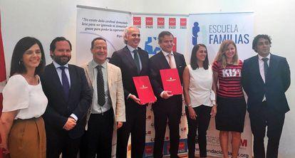 El consejero de Sanidad de la Comunidad de Madrid, Enrique Ruiz Escudero, y miembros de la Fundación Dacer durante la firma del acuerdo.