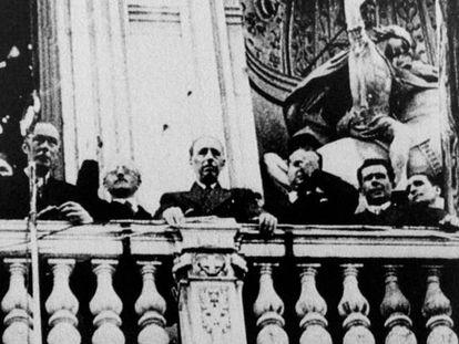 Lluís Companys (en el centro), durante el acto de proclamación de la independencia de Cataluña.