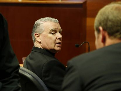 El cura John O'Reilly, de los Legionarios de Cristo, sentado frente a un tribunal chileno en 2013.