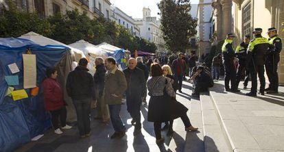 Trabajadores municipales protestan frente al Ayuntamiento de Jerez, el año pasado.