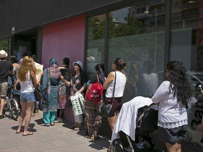 Cola de familias para solicitar ayudas para menores en el distrito de Nou Barris de Barcelona, en una imagen de archivo.