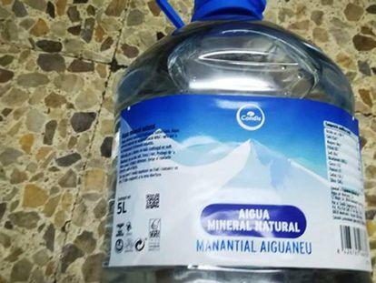 Una de las garrafas de agua intervenidas