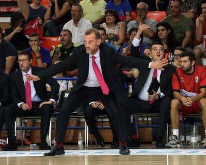 Néstor García, da indicaciones a sus jugadores